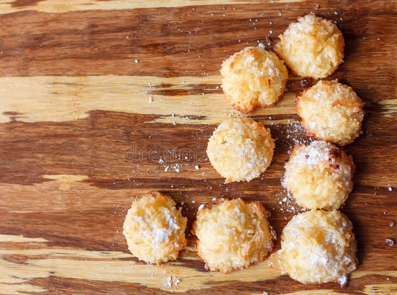 Νόστιμα μπισκότα στο ξύλινο υπόβαθρο στοκ φωτογραφίες