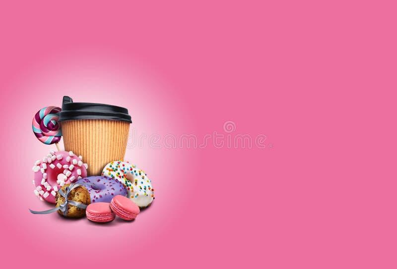 Νόστιμα ντόνατς με σπρινκλ, μακαρόνια, μπισκότα και φλιτζάνι καφέ σε ροζ φόντο Ανθυγιεινό, αλλά νόστιμο στοκ εικόνες