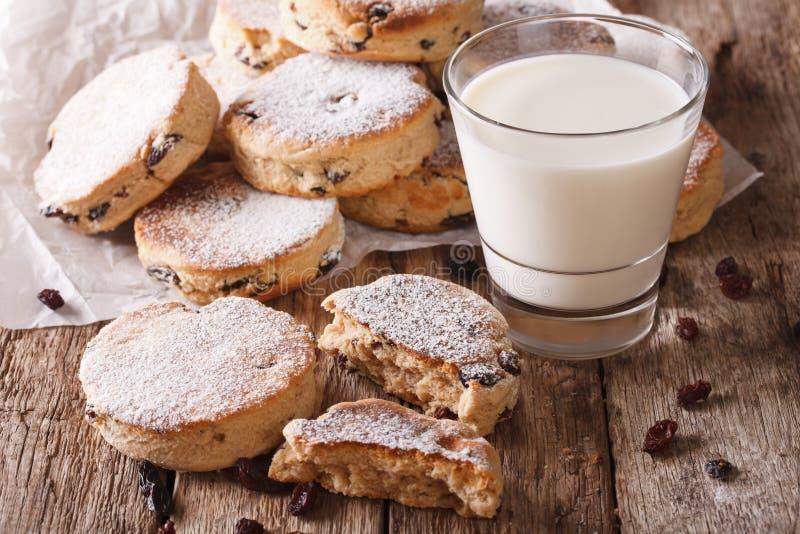 Νόστιμα ουαλλέζικα κέικ με τις σταφίδες και την κινηματογράφηση σε πρώτο πλάνο γάλακτος οριζόντιος στοκ εικόνες με δικαίωμα ελεύθερης χρήσης