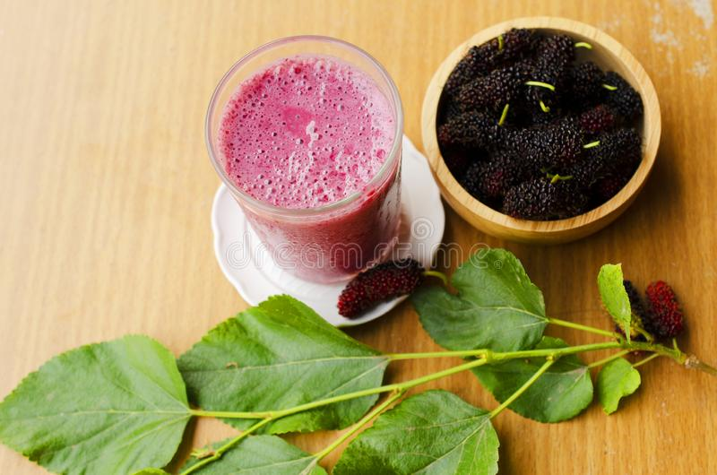 Νόστιμα σπιτικά ποτά γιαουρτιού μουριών καταφερτζήδων για τις καλές υγείες στοκ εικόνα