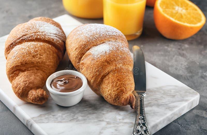 Νόστιμα croissants με τη σάλτσα σοκολάτας στοκ εικόνες