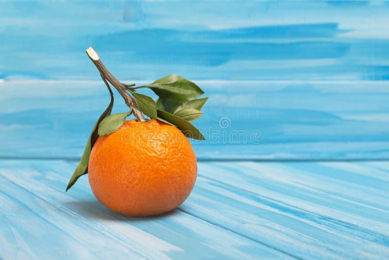 Νόστιμα tangerine ή mandarin σε μπλε φόντο στοκ εικόνες