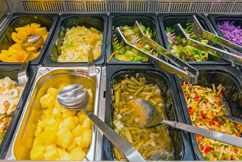 Νόστιμες σαλάτες σε έναν μπουφέ στοκ εικόνα