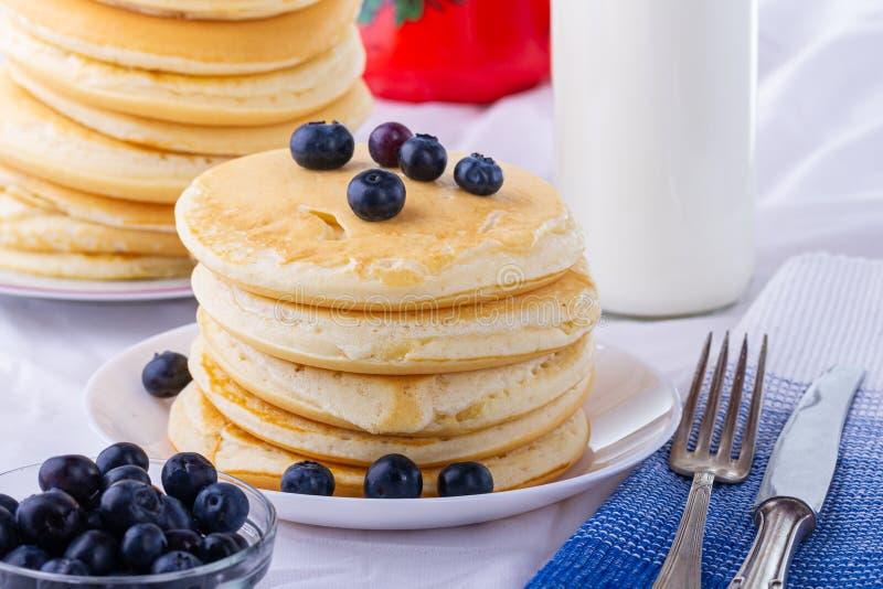 Νόστιμες τηγανίτες προγευμάτων με τα βακκίνια Θρεπτικό γεύμα στοκ εικόνες με δικαίωμα ελεύθερης χρήσης