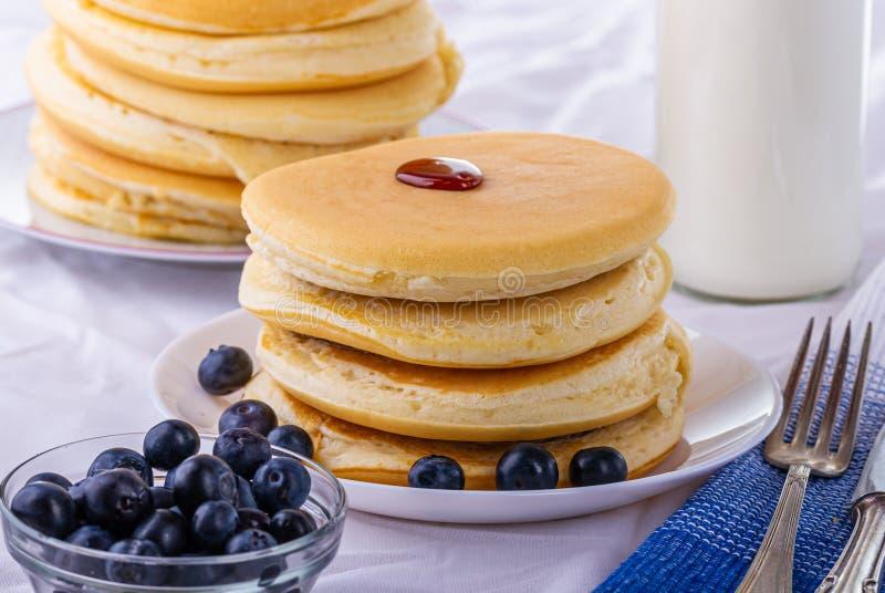 Νόστιμες τηγανίτες προγευμάτων με τα βακκίνια Θρεπτικό γεύμα στοκ φωτογραφία με δικαίωμα ελεύθερης χρήσης