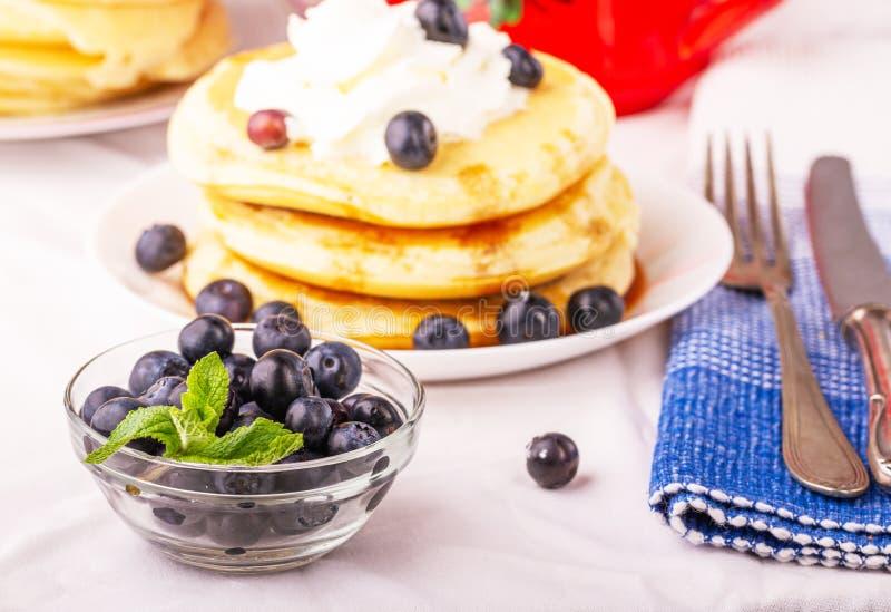 Νόστιμες τηγανίτες προγευμάτων με τα βακκίνια Θρεπτικό γεύμα στοκ εικόνες