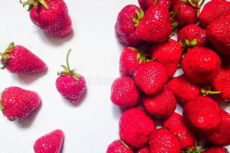 Νόστιμες ώριμες κόκκινες φράουλες το καλοκαίρι σε ένα άσπρο υπόβαθρο στοκ φωτογραφία με δικαίωμα ελεύθερης χρήσης