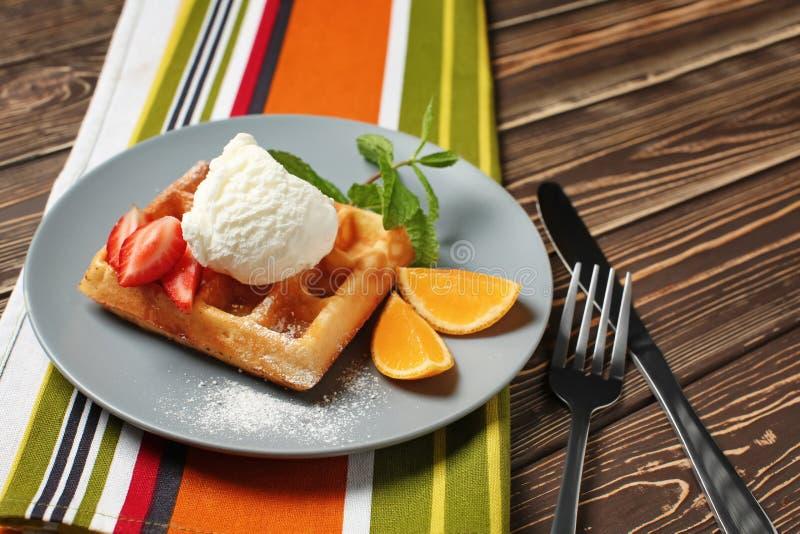 Νόστιμη βάφλα με το παγωτό και φρούτα στο πιάτο στοκ φωτογραφία με δικαίωμα ελεύθερης χρήσης