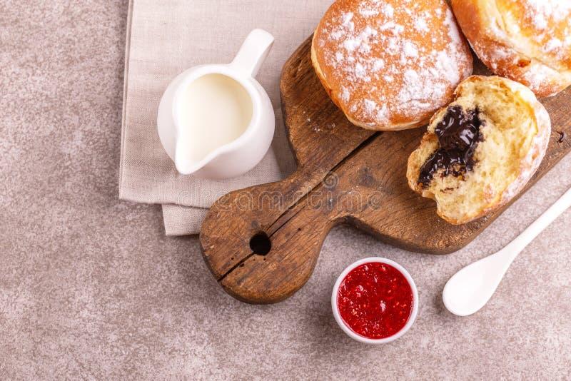 Νόστιμη γλυκιά ζαχαρούχος σοκολάτα donuts με τη μαρμελάδα και το γάλα σμέουρων στοκ φωτογραφία με δικαίωμα ελεύθερης χρήσης