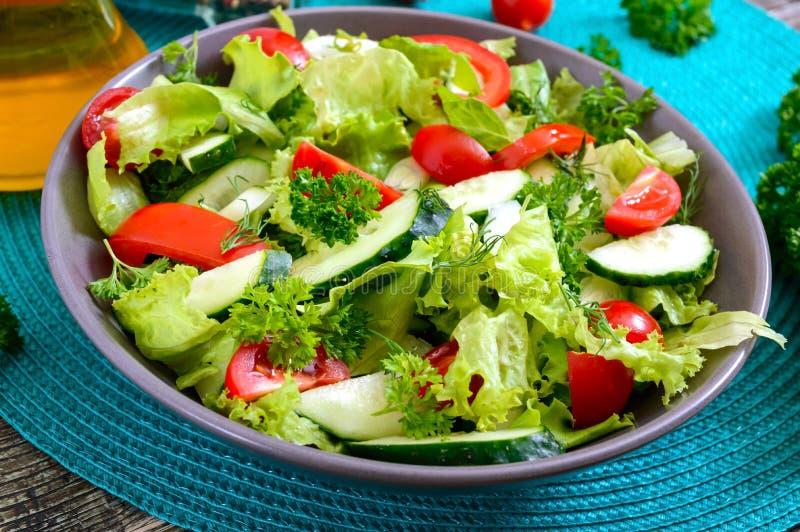 Νόστιμη διαιτητική σαλάτα βιταμινών με τα φρέσκα αγγούρια, ντομάτες, πράσινα Σαλάτα από τα οργανικά λαχανικά στοκ φωτογραφίες με δικαίωμα ελεύθερης χρήσης