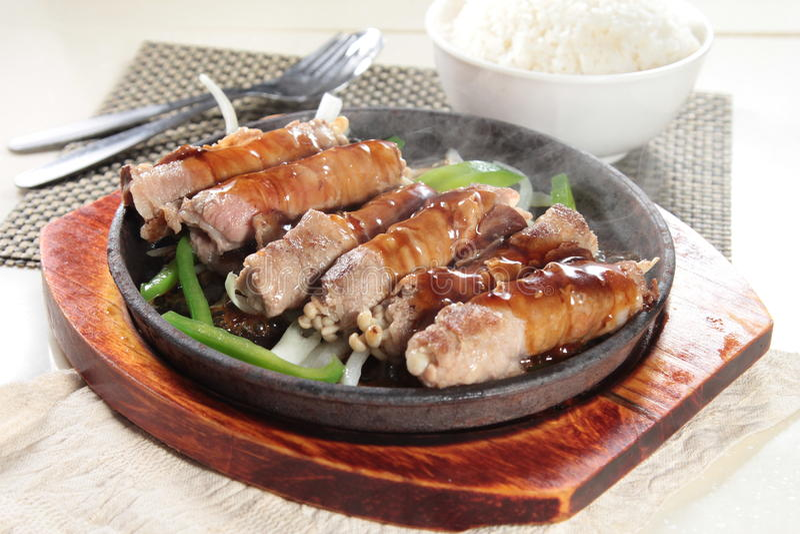 Νόστιμη και καλή κουζίνα ή ποτό που παίρνει από το φωτισμό λάμψης στο εστιατόριο στοκ εικόνες