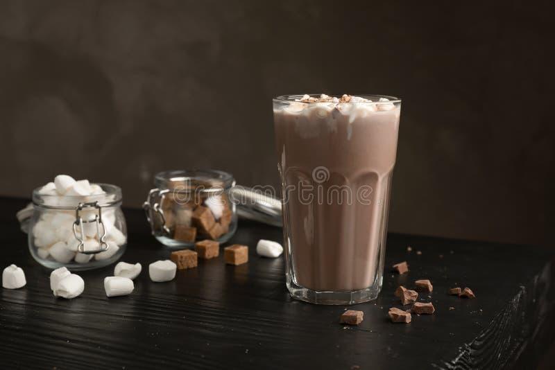 Νόστιμη καυτή σοκολάτα με το γάλα και marshmallows στοκ φωτογραφία