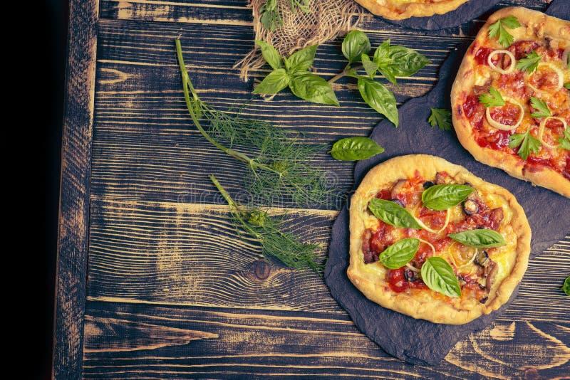 Νόστιμη πίτσα με το κοτόπουλο, τα λαχανικά και τις ελιές ελεύθερου χώρου στον πίνακα στοκ εικόνες