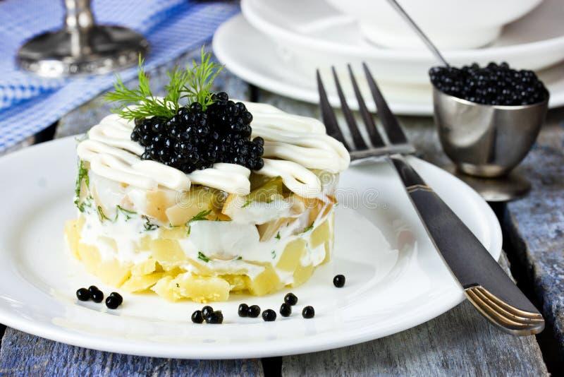 Νόστιμη σαλάτα με το μαύρο χαβιάρι στοκ εικόνες