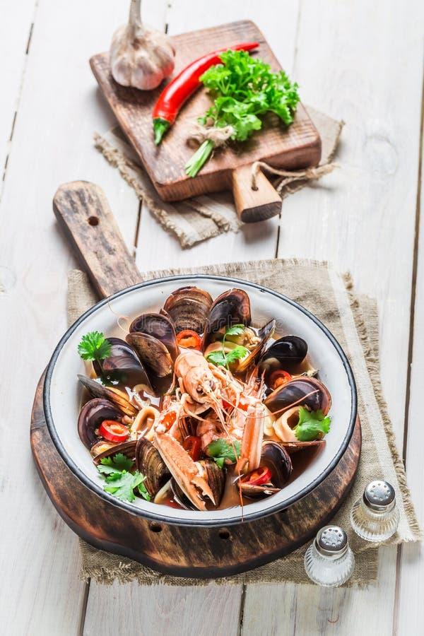 Νόστιμη σούπα θαλασσινών με τα μύδια και τις γαρίδες στοκ εικόνες