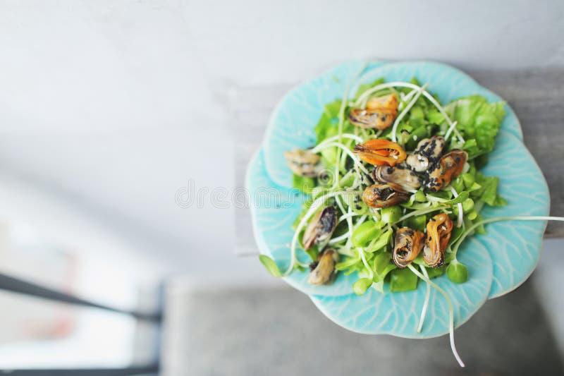 Νόστιμη ταϊλανδική σαλάτα με τα μύδια, ελαφρύ υπόβαθρο με το copyspace στοκ φωτογραφίες με δικαίωμα ελεύθερης χρήσης
