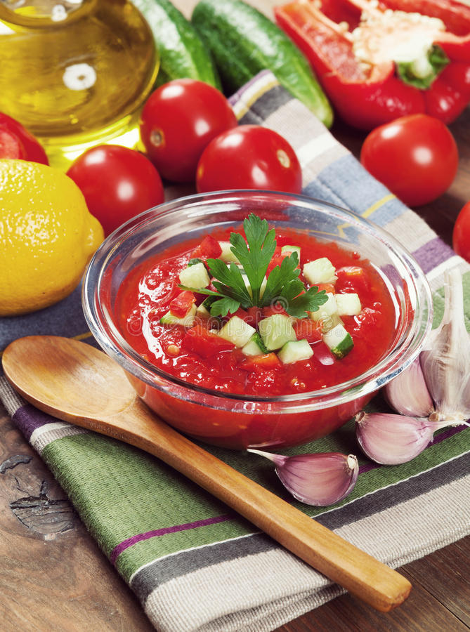 Νόστιμη χορτοφάγος σούπα gazpacho στον πίνακα Εκλεκτής ποιότητας αναδρομικό hipste στοκ εικόνα
