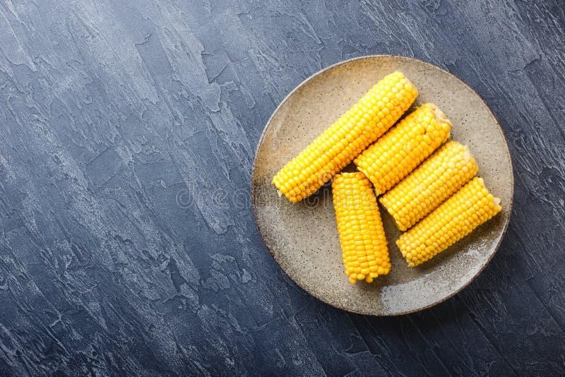 Νόστιμοι βρασμένοι σπάδικες καλαμποκιού στο πιάτο στοκ εικόνες με δικαίωμα ελεύθερης χρήσης