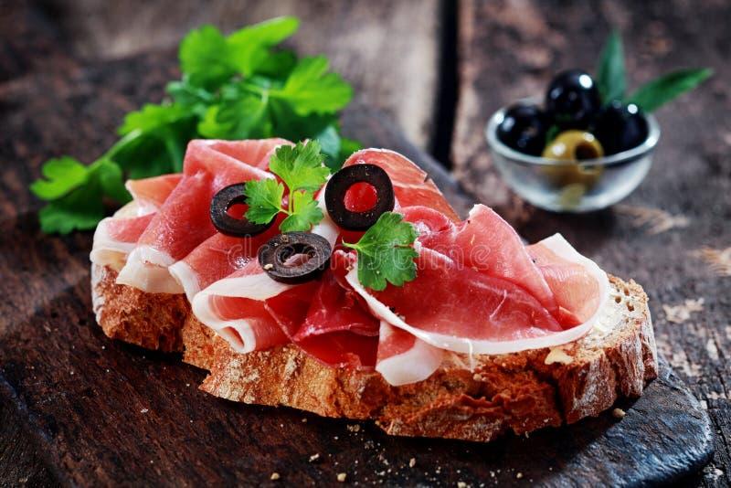 Νόστιμος, ή γερμανικό θεραπευμένο ζαμπόν, σάντουιτς στοκ εικόνες