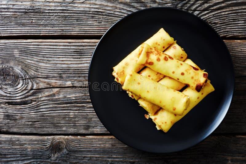 Νόστιμος crepes οι ρόλοι με την πλήρωση τυριών κρέμας στοκ εικόνες με δικαίωμα ελεύθερης χρήσης