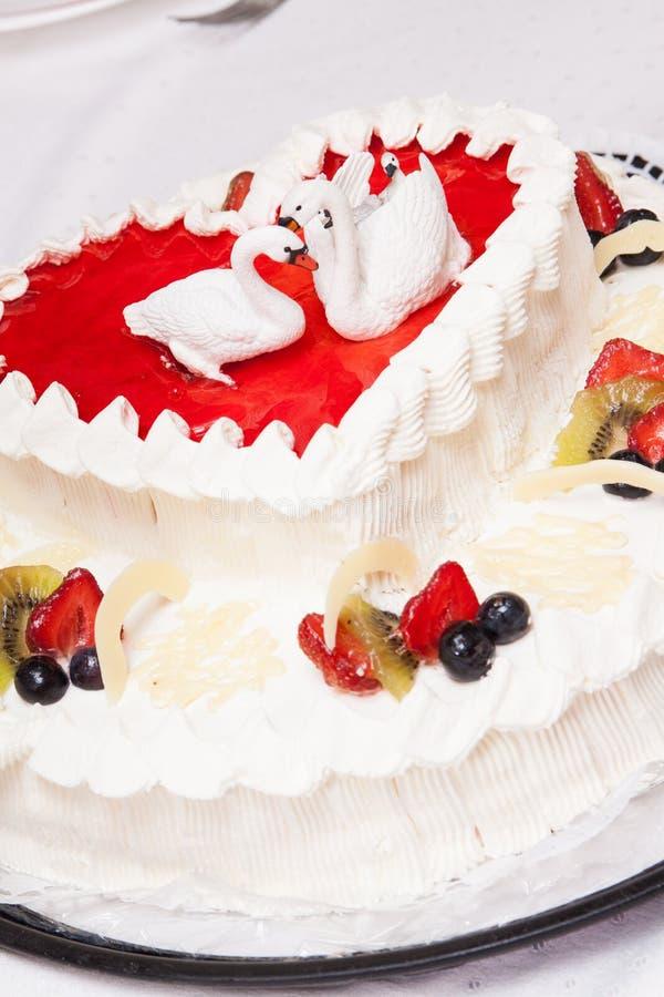 Νόστιμο γαμήλιο κέικ με την κρέμα και τα φρούτα στοκ εικόνα με δικαίωμα ελεύθερης χρήσης