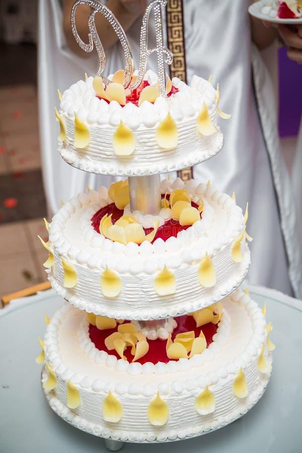 Νόστιμο γαμήλιο κέικ με την κρέμα στοκ εικόνες