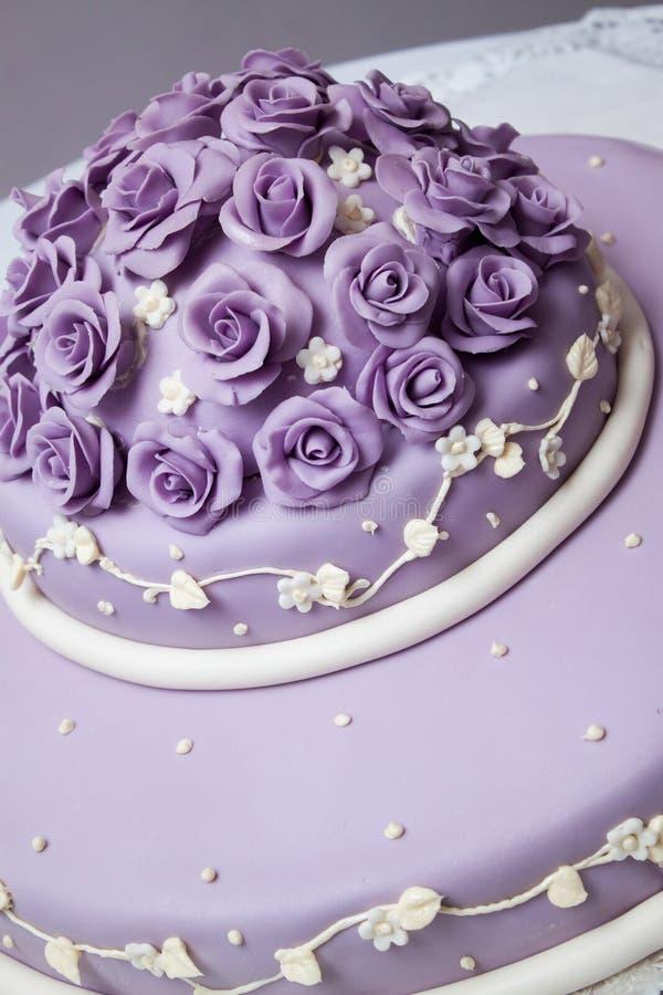 Νόστιμο γαμήλιο κέικ στον πίνακα στοκ εικόνα