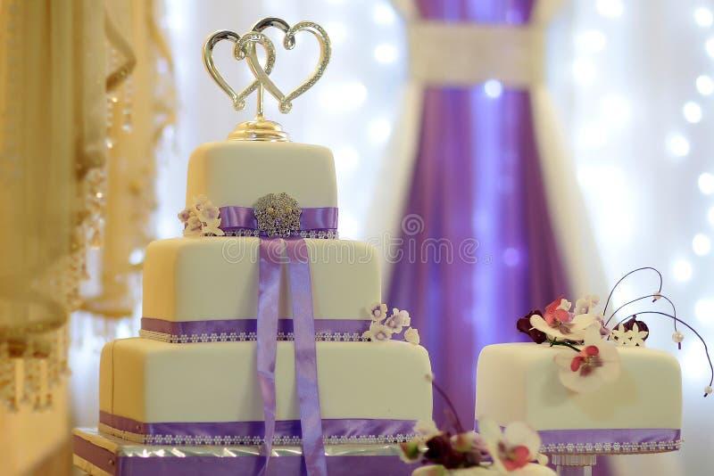 Νόστιμο γαμήλιο πολυστρωματικό κέικ στοκ εικόνες