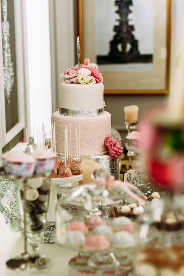 Νόστιμο κέικ που διακοσμείται γαμήλιο με τα λουλούδια στοκ εικόνα με δικαίωμα ελεύθερης χρήσης