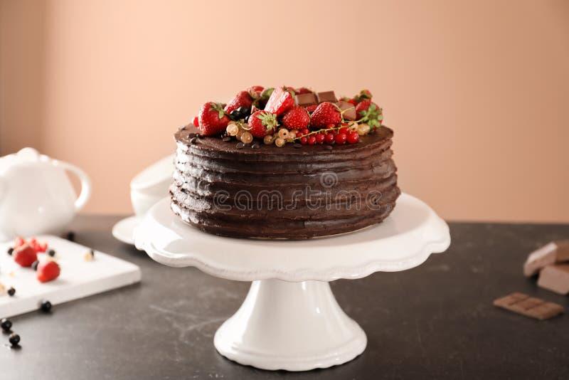 Νόστιμο κέικ σοκολάτας με τις φράουλες και τις σταφίδες στον πίνακα στο κλίμα χρώματος στοκ φωτογραφίες με δικαίωμα ελεύθερης χρήσης