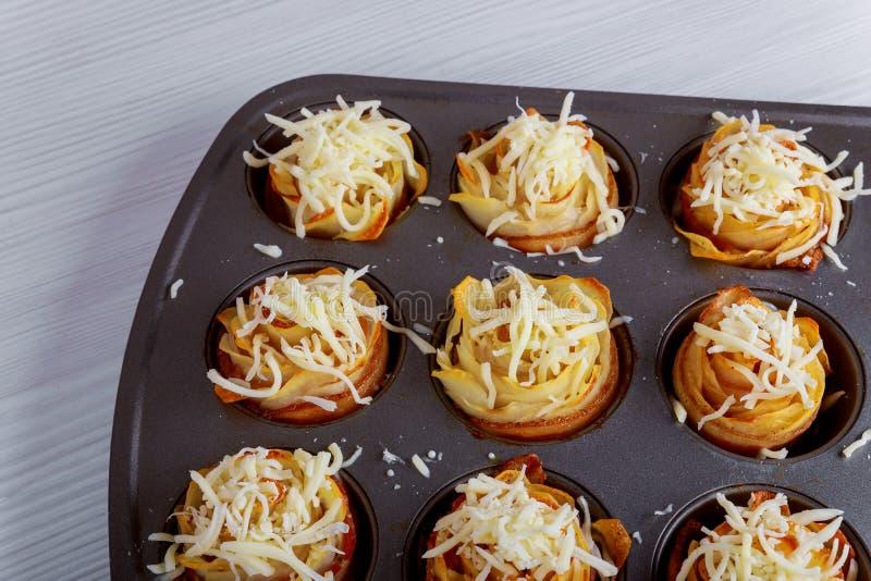 Νόστιμο καυτό σπιτικό μπέϊκον με την ψημένη πατάτα τριαντάφυλλων ρόλων στοκ φωτογραφία με δικαίωμα ελεύθερης χρήσης