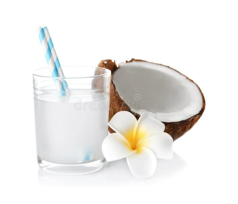 Νόστιμο κούνημα γάλακτος με την καρύδα και το λουλούδι στοκ εικόνες με δικαίωμα ελεύθερης χρήσης