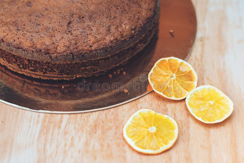 Νόστιμο παραδοσιακό κέικ φρούτων με τα καρύδια τρόφιμα υγιή ψήσιμο σπιτικό Σπιτικό κέικ στον ξύλινο πίνακα Φρέσκια ψημένη πίτα φρ στοκ εικόνα