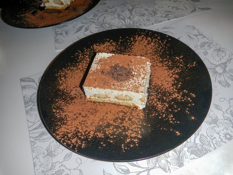 Νόστιμο πιάτο tiramisu με τις καρδιές στοκ φωτογραφία με δικαίωμα ελεύθερης χρήσης