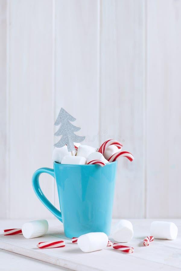 Νόστιμο ποτό με ζαχαρωτά και χριστουγεννιάτικο κάδο στοκ εικόνα με δικαίωμα ελεύθερης χρήσης