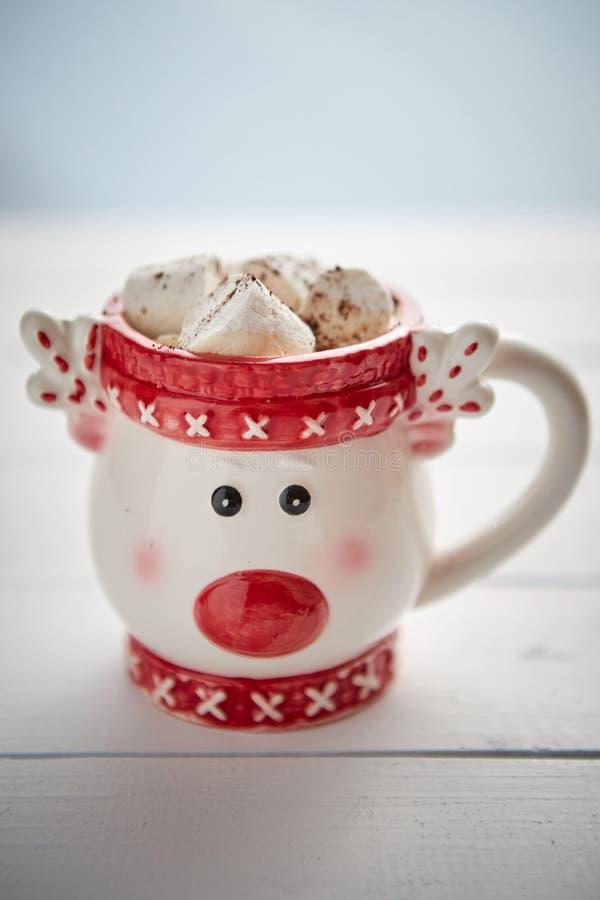 Νόστιμο σπιτικό καυτό σοκολάτα ή κακάο Χριστουγέννων με τα marshmellows στοκ εικόνα με δικαίωμα ελεύθερης χρήσης