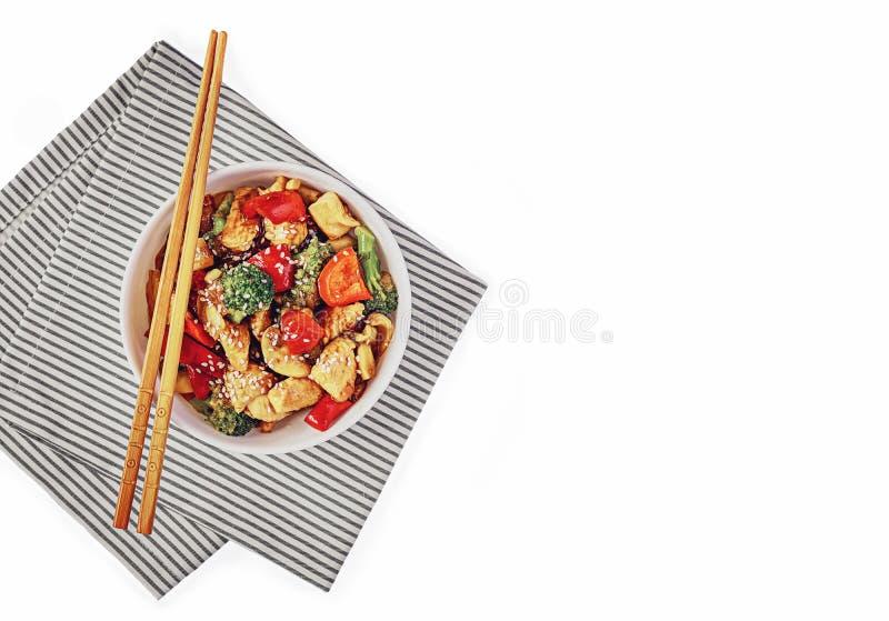 Νόστιμο φαγητό με ξυλάκια απομονωμένα σε λευκό φόντο στοκ φωτογραφία