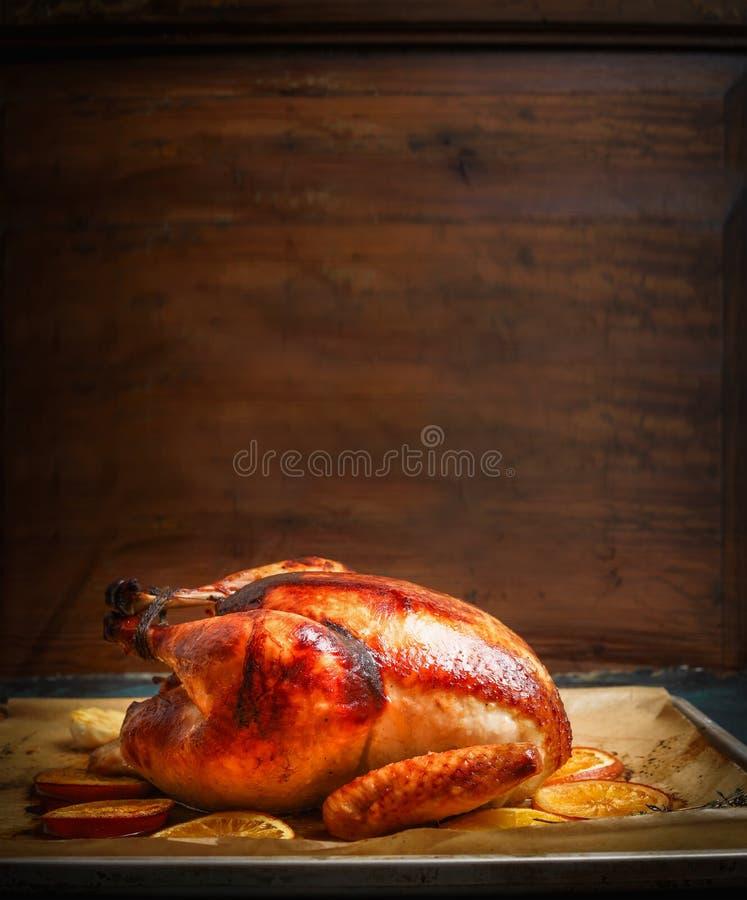 Νόστιμο ψημένο Τουρκία ή κοτόπουλο πέρα από το ξύλινο υπόβαθρο στοκ εικόνες