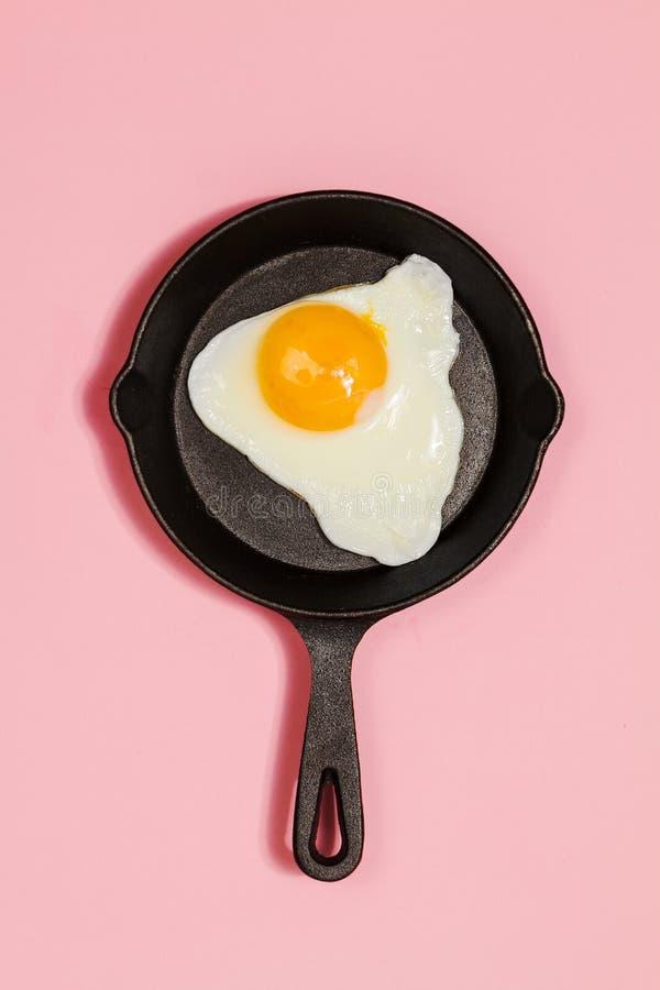 Νόστιμο όμορφο τηγανισμένο τρόφιμα αυγό στο τηγάνι στο μοντέρνο ρόδινο backgr στοκ φωτογραφίες με δικαίωμα ελεύθερης χρήσης