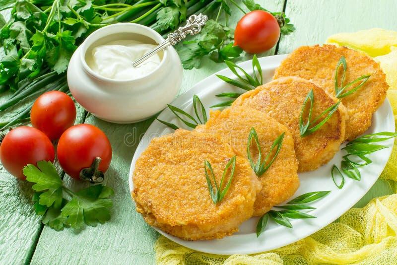 Νόστιμο cutlet κρεμμυδιών και φρέσκα λαχανικά στοκ εικόνα με δικαίωμα ελεύθερης χρήσης