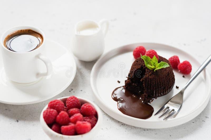 Νόστιμο Fondant επιδορπίων σοκολάτας ή κέικ λάβας στοκ φωτογραφία με δικαίωμα ελεύθερης χρήσης