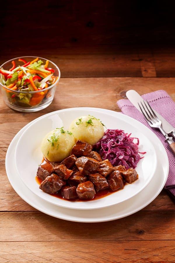 Νόστιμο goulash βόειου κρέατος με τις μπουλέττες και το λάχανο στοκ εικόνες