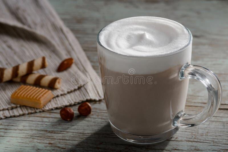 Νόστιμο latte με το υψηλό δέρμα στοκ εικόνες