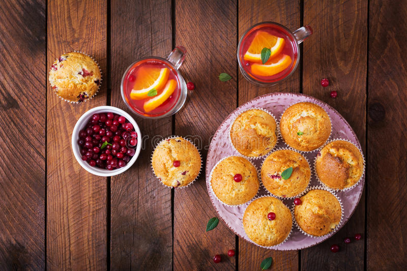 Νόστιμο muffin cupcake με τα τα βακκίνια και το βακκίνιο-πορτοκαλί ποτό στοκ φωτογραφίες με δικαίωμα ελεύθερης χρήσης