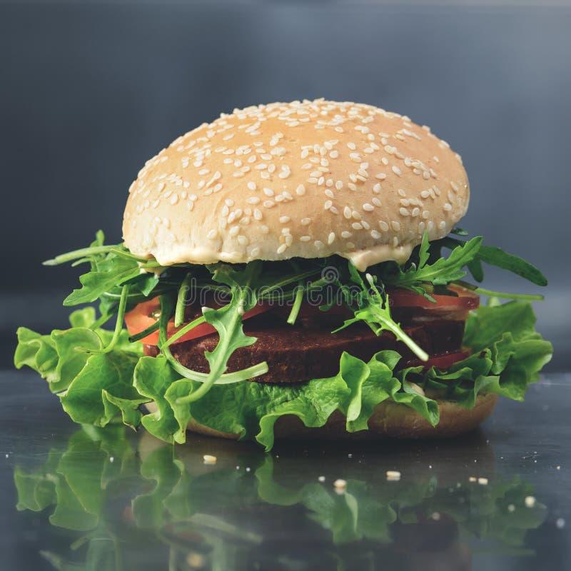 Νόστιμο yummy χορτοφάγο quinoa chickpeas burger με τα tomotoes, lettuc στοκ φωτογραφία με δικαίωμα ελεύθερης χρήσης