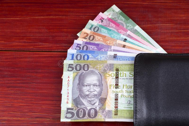 Νότια σουδανέζικα χρήματα στο μαύρο πορτοφόλι στοκ εικόνα