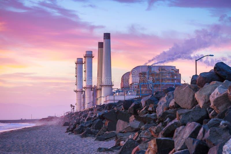 Νότιες εγκαταστάσεις παραγωγής ενέργειας Καλιφόρνιας στο ηλιοβασίλεμα στοκ εικόνες