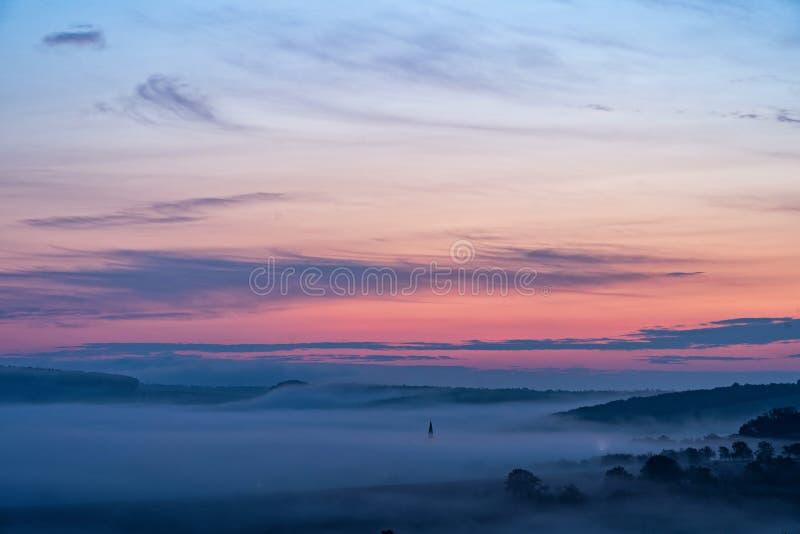Νότιο moravian τοπίο με τα χαμηλά σύννεφα κατά τη διάρκεια μιας ανατολής στοκ φωτογραφίες