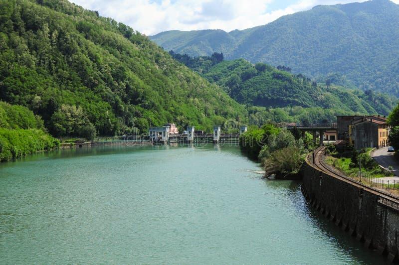 Νότος άποψης από τη γέφυρα σε Borgo ένα Mozzano κατά μήκος του ποταμού Serchio στοκ φωτογραφίες