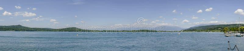 Νότος και δυτική πλευρά της λίμνης Viverone, Ιταλία στοκ εικόνα